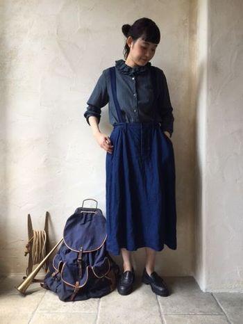 インディゴの色がとっても綺麗なデニムジャンパースカートは、同じトーンのシャツと合わせて統一感を出すのもいいですね。カラーを合わせたリラックススタイル、素敵です。