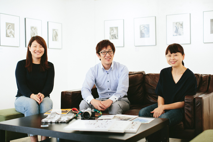 左からPHaT PHOTOの竹中さん、オリンパスの菅野さん、写真家のMOTOKOさん。「MOTOKOさんは未来のイメージを描いてくれる人で、菅野さんは技術サポートとやりたいことを叶える力を持っている人。私は実働部隊として動くのがメインでオリンパスさんと一緒に企画を考えたり、写真を専門とした出版社として何ができるのかというのを考えています」と竹中さん