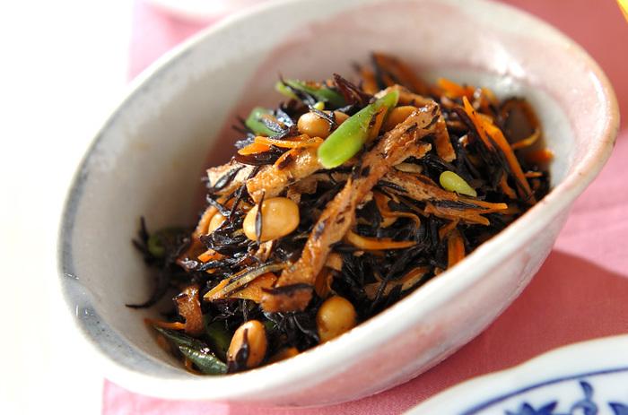 和食の定番と言えば、はずせないのがひじきの煮物です。ミネラルやカルシウムがきっちり摂れて、具にいろんな食材を入れられるところも◎