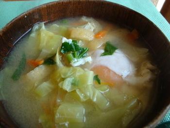 【キャベツ】やわらかな春キャベツをたっぷり使ったお味噌汁。真ん中に卵をポトン♪で豪華な一汁に。