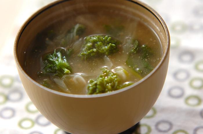 【菜花】いつものお味噌汁にフワリと旬の緑が入るだけで特別なお料理に変身です。春の風味をいっぱいに感じられる一品。