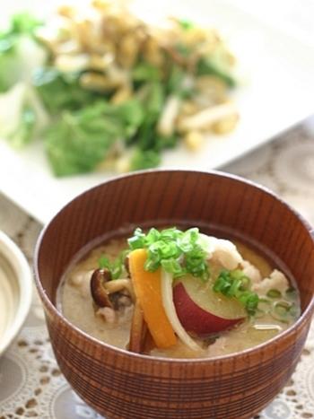 【さつまいも】秋と言えばさつまいもですよね。ほくほくと甘いさつまいもを、具だくさん味噌汁の代表豚汁にプラス。