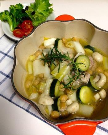 キャセロールは、鍋で煮込む料理のこと。鶏もも肉と長ネギなどの野菜をスープで柔らかく煮込んで、熱々で頂きましょう♪ 煮込み時間も少なく、たっぷりの野菜も食べられる冬の食卓にぴったりのレシピです。