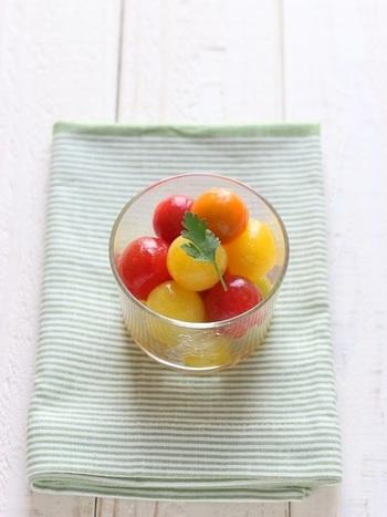 さっとゆがいたミニトマトを、お酢と塩こしょうでシンプルなマリネにアレンジ。はちみつの優しい甘さが隠し味です。