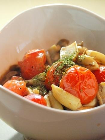 トマトとキノコの素材の風味を引き出した、さっと炒めるだけのシンプルレシピ。キノコは椎茸・えのき・舞茸など、お好みのものでどうぞ。
