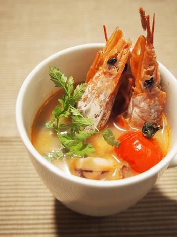 """タイ料理と言えば""""トムヤムクン""""をイメージする方も多いのでは?ピリッとした辛さと、魚介の出汁が美味しいスープは日本でも大人気です。トムヤムペーストと冷凍のシーフードを使えば、ササッと時短で作れちゃいます。"""
