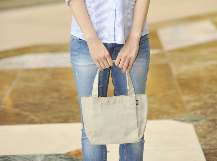 こちらはSサイズ。ちょっとしたお買い物にぴったりですね。ランチバッグやサブバッグとしても使える大きさです。