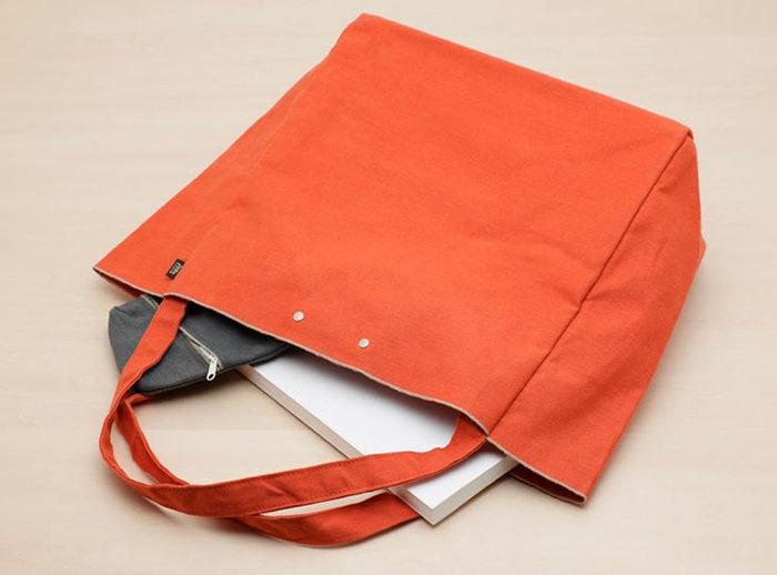 A4書類がすっぽり入るMサイズは、通学や通勤に。