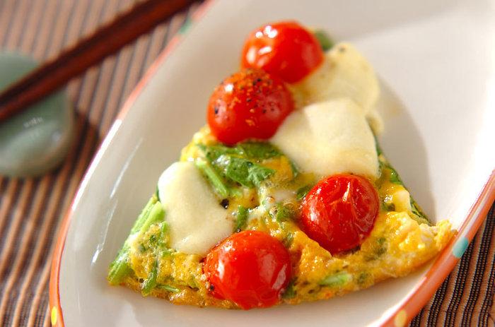 お弁当のおかずにぴったり!トマトの大きさに合わせた、小さなサイズが可愛いミニオムレツです。具を包まず、焼きっぱなしでOKなので簡単♪