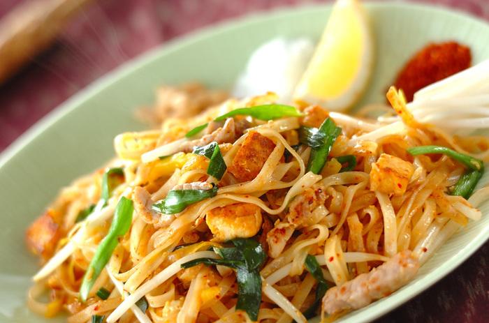 """太めのビーフンとたっぷりの野菜を炒めた""""パッタイ""""。タイの焼きそばとして日本でも親しまれている料理です。辛み・甘味・酸味といった、タイ料理ならではの味が楽しめる絶品メニュー。その奥深い味を、自宅でぜひ味わってみませんか?"""