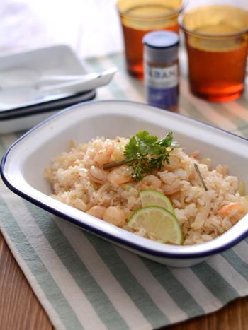 """こちらは""""カオパット・クン""""というタイのチャーハンです。プリプリ食感の海老と、エスニックなナンプラーの味付けが絶妙なバランス。爽やかなライムの風味も美味しいメニューです。"""