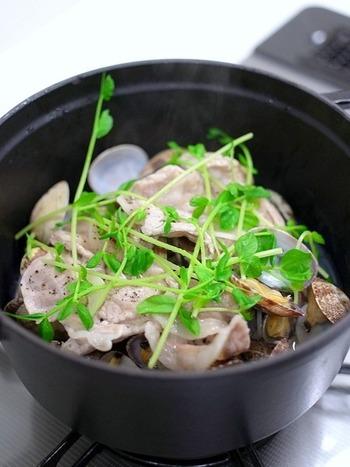 あさりと豚肉のだしが味わい深い、白ワイン蒸し。素材のうまみがギュッと詰まったほっこりしたおいしさです。