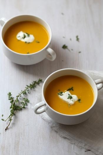 ミキサーにかけたかぼちゃのピューレとホワイトソースで作る、とっても滑らかなかぼちゃのポタージュ。生クリームとタイムを飾ればおもてなしにもぴったりです。