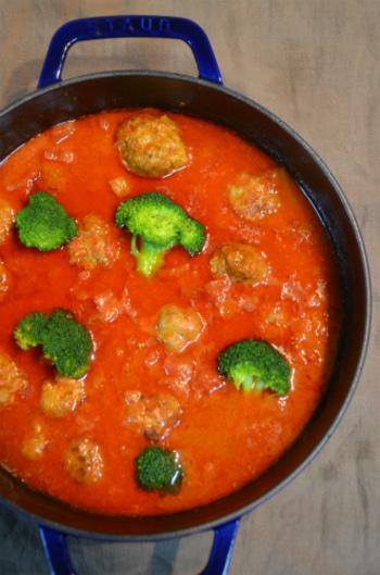 ころころのミートボールでボリュームたっぷりのトマト煮込み。トマトの酸味が食欲を誘います。お好みでチーズをトッピングしてもおいしい。