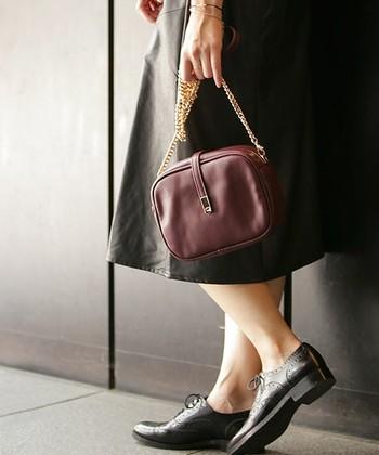 小ぶりなサイズが可愛いチェーンバッグ。フォーマルにもカジュアルスタイルにも似合う、上品でシンプルな質感とデザインです。ゴールドのチェーンをあえて手で持ってこなれた印象に♪