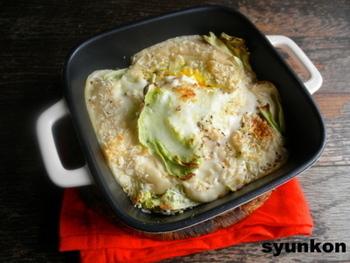 春キャベツにホワイトソースをかけて、卵を落としてパン粉をかけて焼くだけ!包丁がなくてもできてしまう、簡単でおしゃれな一品です。