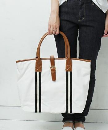 ストライプのラインが目を惹くトートバッグは、爽やかさの中にきちんと感も兼ね備えています。普段使いはもちろんのこと、A4サイズの書類も入るので通勤用としてもおすすめ!