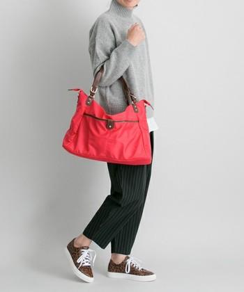 メンズライクなナイロントート。シンプルで使いやすいデザインなので、どんなスタイリングにも相性ばっちり!明るいカラーのバッグは、ダークトーンになりがちな秋冬コーデの差し色になります。撥水ナイロンを使用しているバッグは、雨の日にも気にせず使えて便利。