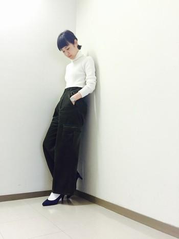 ワイドパンツにも相性抜群な靴下スタイル。ヒールから白靴下を覗かせることで、カチっとしたマニッシュコーデがこなれて見えます。タイトな白のトップスを、パンツにインしてコンパクトにしているのもポイントですね。