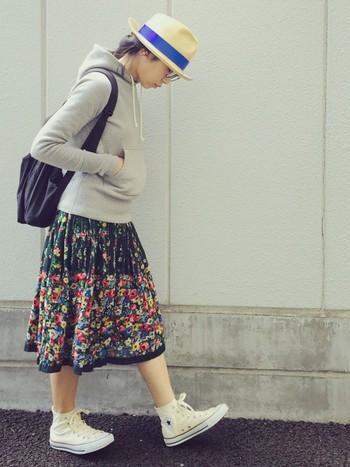 +カラフルな花柄スカート。 こちらも「大人かわいい」コーディネート。カラフル花柄のスカートともシンプルなパーカーに合わせるとさらに柄がかわいく目立っていい感じに。