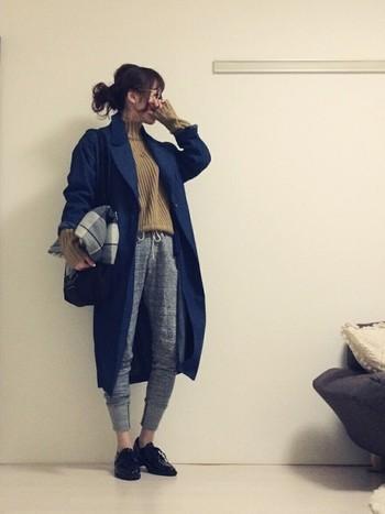 これからぜひ着たい、ロングのチェスターコートにもスウェットパンツが大活躍。カッコイイ大人の女性という感じで真似したいコーデですね。
