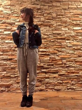 デニムジャケットってカジュアルなイメージだから、スウェットパンツと合わせるとすごくバランスがいいんです。小物で遊ぶと楽しいですね。