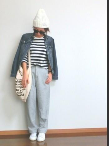 ボーダーTシャツにスウェットパンツのコーデはラフになりすぎちゃう危険があるけど、ニット帽とデニムジャケットがオシャレ度をぐんとアップさせてくれます。