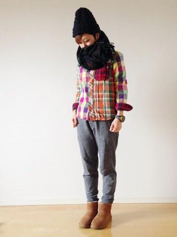 スウェットパンツにムートンの組み合わせはホッコリしてかわいい。カラフルなチェックのシャツが女の子らしさを演出してくれます。