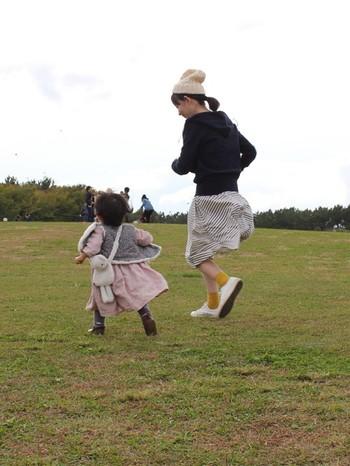 +ニット帽。 写真みたいにパーカー+ニット帽で寒い日の公園遊びもバッチリ。ニット帽を+してオシャレママに変身。