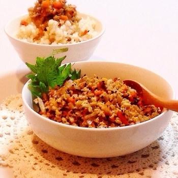 豆腐と根菜類でつくる、ヘルシーふりかけです。冷凍豆腐が、まるで鶏そぼろのような食感に!食物繊維を摂りたいときや、健康維持・ダイエットにもぴったりですね◎