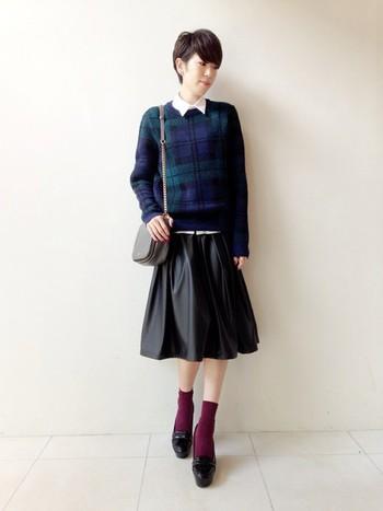 チェックのニットは冬のデザインを象徴するアイテム!シャツとの重ね着は若い方から大人の女性まで幅広い年齢層にヒットする組み合わせです。
