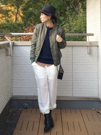 白のパンツを合わせて柔らかい雰囲気にまとまった大人スタイル。
