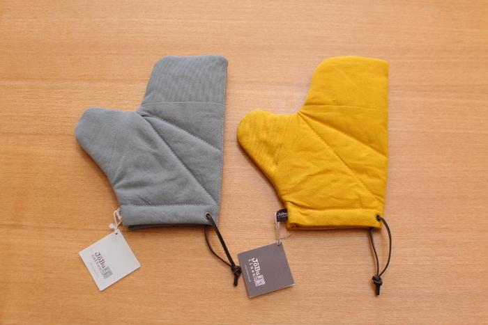 【オーブンミトン】 丈夫なオーブンミトンは、厚い帆布とやわらかい帆布の2種類が使われているそうです。帆布は熱や摩擦に強いので、使う程に味わいが増していき「経年変化」も楽しめるそうですよ!