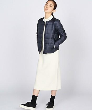 ライトタイプのダウンジャケットは、さっと羽織れて秋から大活躍。ブラック&ホワイトのモノトーンコーデに、ひっつめヘアスタイルでどこかモードな印象に。