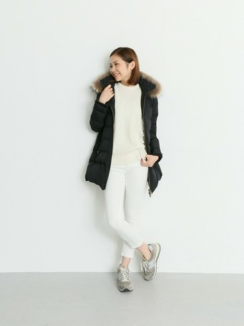コートはどうしてもブラックをチョイスしがちですよね。そんなときは、コート以外のカラーリングをホワイト系にして明るめコーデを実践。温かくて着こなしの雰囲気も軽やかになります。