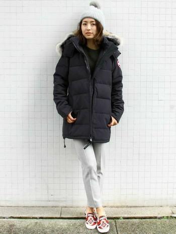 スタイルミックスのおしゃれ上級者コーデは、センタープレス入りのきちんとパンツと独特なテキスタイルのスリッポンが決め手です。ボリューミーなダウンジャケットで真冬も温かく過ごせそう。