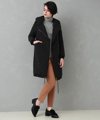 モッズコート風のダウンジャケットは、ローファーシューズでハンサムコーデに。キャメル色のセンタープレスパンツで、ちゃんと感がアップしています。
