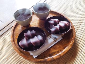 赤福のお店では、お茶と一緒に赤福をいただくことが出来ます。ゆっくり腰かけてほっと癒しのひとときです。