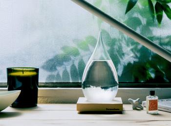'分かりやすく、親しみやすい'を直観で感じ、手に取ってもらえるような製品の提供を目指した国内ブランド『Perrocaliente』の、一風変わったオブジェ「TEMPO DROP(テンポドロップ)」。雫型のガラス容器に天然樟脳をエタノールに溶かした液体が密封されており、気候の変化に応じて、大小様々な形の結晶、浮遊する結晶、沈殿する結晶など、あらゆる表情に変化していきます。