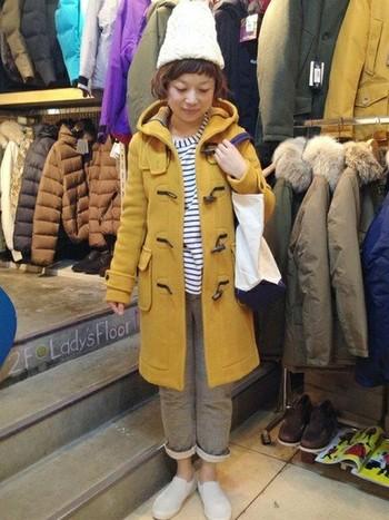 からし色はボーダートップスとよく合います。暗くなりがちな冬のアウターには、からし色のコートを一枚持っておくととても便利です。