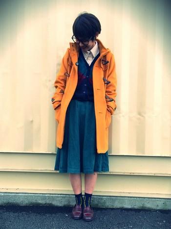 ちょっとオレンジっぽいからし色ですが、深いグリーンのスカートと、ネイビーのカーディガンととてもマッチしています。スクールガールテイストのコーデですが、どこかレトロな雰囲気もありかわいらしいですね♪