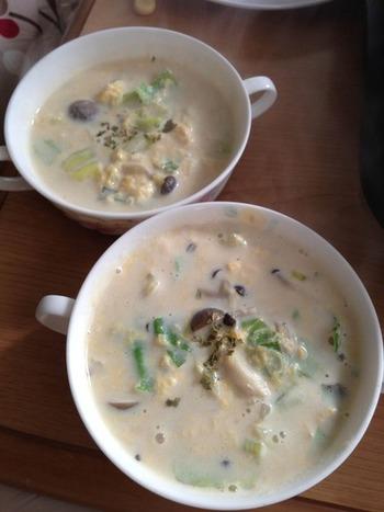 秋冬に美味しいきのこを使った、シメジとキャベツたっぷりの豆乳スープ。味付けに使っている醤油と豆乳の相性抜群で、身体も心もホッとします。