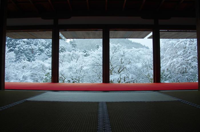京都「高山寺 石水院」。額縁のように切り取られた雪景色は、日本画を思わせる静謐な美しさ。ただただ感動を覚えます。高山寺は、京都右京区栂尾にある古刹で、古都京都の文化財として世界遺産に登録されています。