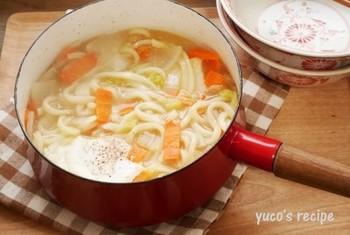 煮込みうどんはたくさんの野菜を美味しく食べられる料理の一つです。冬にとれる野菜は冷えによる風邪や胃腸の不調に効く成分が入っているものが多いです。旬の葉野菜や根菜をどんどん入れて味噌でなじませて食べましょう。