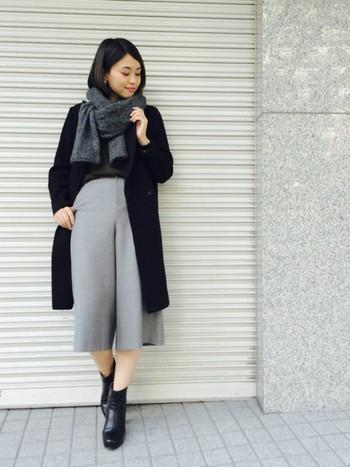 トップスやコートと同系色でなじんでいるダークグレーのストール。巻き方もさりげなくおしゃれです。インナーが薄手の日でも、首元にストールがあれば暖かくて安心ですね。
