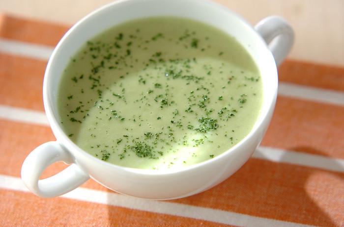 めずらしいアボカドのポタージュ。じゃがいもやたまねぎを煮て、ミキサーでアボカド、牛乳とともに攪拌したら鍋であたためて完成!きれいな緑色に食欲も進みます。