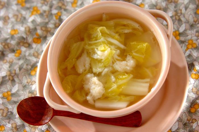 旬の白菜を使った、シンプルで旨みのあるスープ。ホタテ缶を身もスープもすべて使って作るので、コクがありじんわりと美味しく、ホタテと白菜の相性も抜群です。