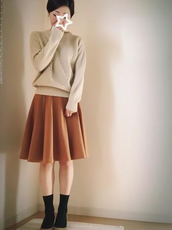 ふんわりした可愛らしさに、黒の足元でピリッと引き締め。ソックスとスカートの長さのバランスもgood。