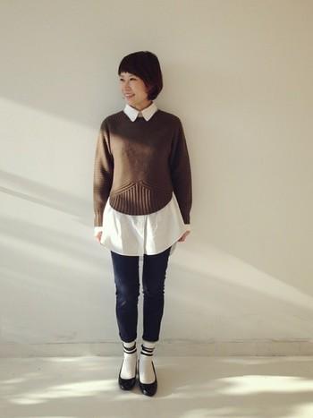 ブラウンのセーターと白シャツが絶妙なバランス。中に重ねた白シャツとラインソックスの色をポイントにしてすっきりと着こなしていますね。