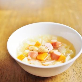 野菜の甘みとウィンナーから出る素材の持ち味を生かした優しいスープです。コロコロの角切り野菜と大豆をコンソメ味で仕上げて朝もささっと食べやすい♫